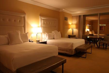 Luxurious Trump Double Queen Suite, S Strip View - Лас-Вегас