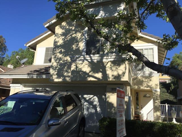 这是一个迷人和谐的家。舒适四居室,带停车位,有泳池和温泉。安全的社区 - Chino Hills - Haus