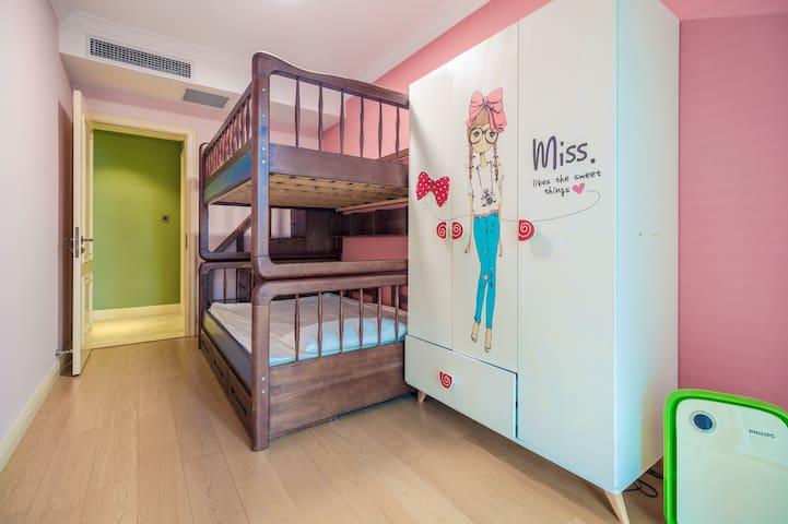 高低床儿童房,双层1.5米床,满足亲子出行.