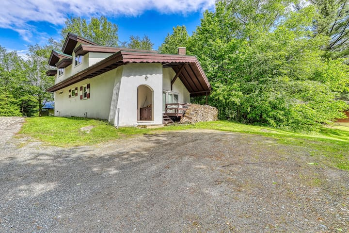 Newly remodeled charming dog-friendly home near Cannon Mountain Ski Area!