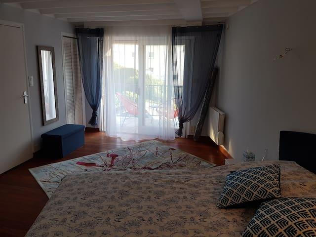 Chambre Niveau 1, avec accès à la terrasse.