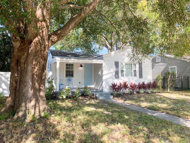 Oak Park Bungalow Home, tastefully designed 3/2