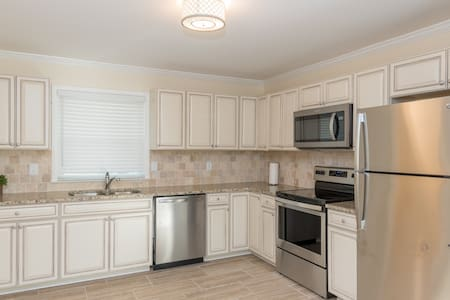Cute home 9 mins from uptown and light rail!!