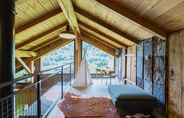 Grange rénovée, grande terrasse bois avec bassin.