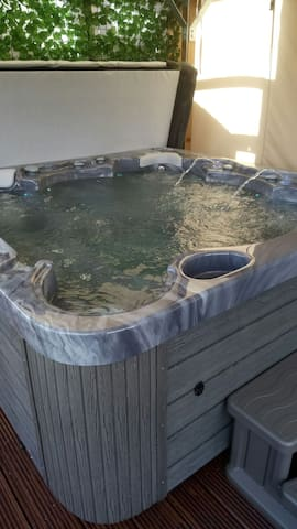 Falkirk home from home with Hot tub
