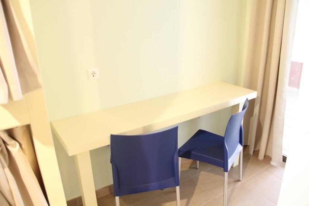 Escritorio con sillas