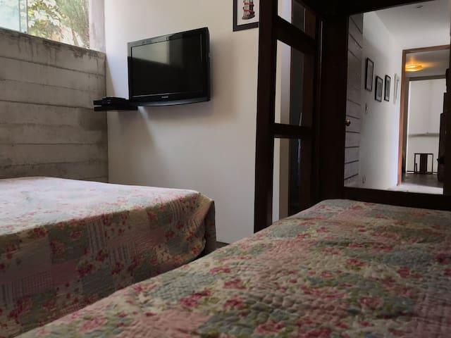 1 dormitorio cama 2 plazas + 1 camarote 2 camas 1.5 plazas con baño + DVD y Televisor