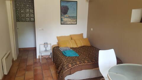 Chambre avec kitchenette et accès au jardin
