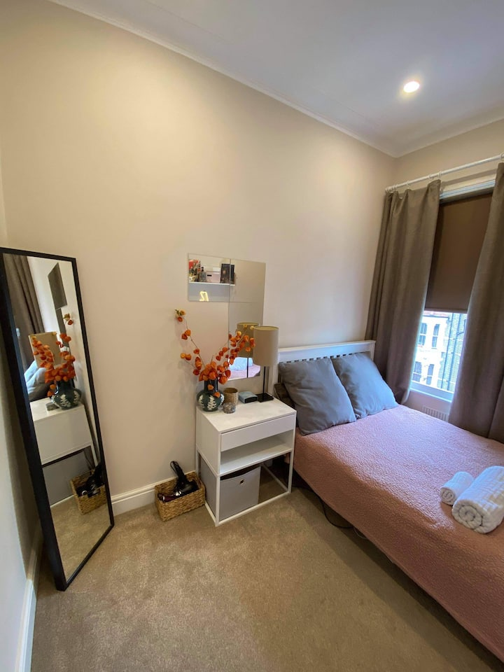 Double bedroom in Queen's Park