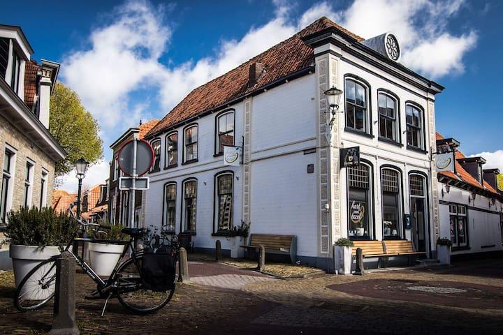 RUIME B&B in een historisch pand, centrum Den Burg