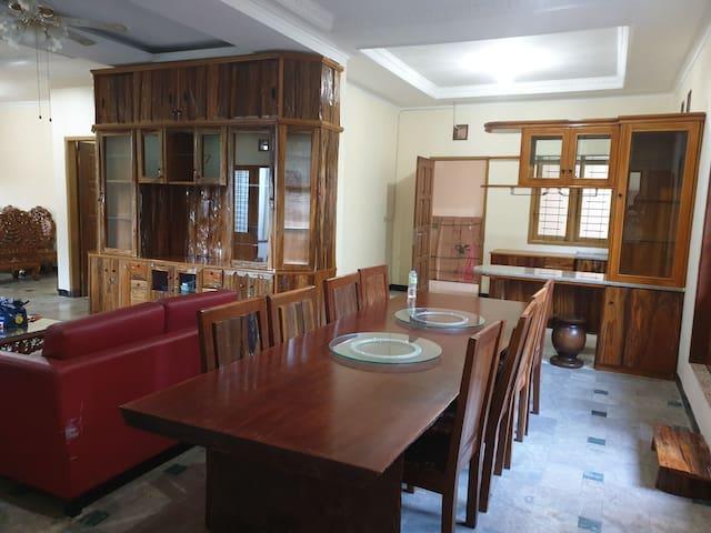 Vieza's Rumah Butik, rumah dengan furniture antik