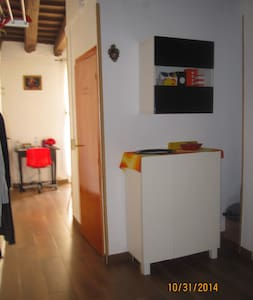 Cozy 1 bed room by Sant Antonio metro  apt in authentic multicultural el Raval 5 minutes walk to las Ramblas, 15 minutes walk to the beach.Well equipped kitchen with everything needed for cooking. Amazing roof top to hang out onto.