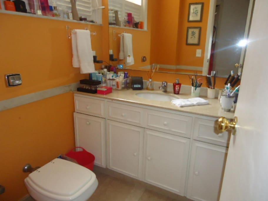 Banheiro do quarto de casal com banheira de mármore itaiano