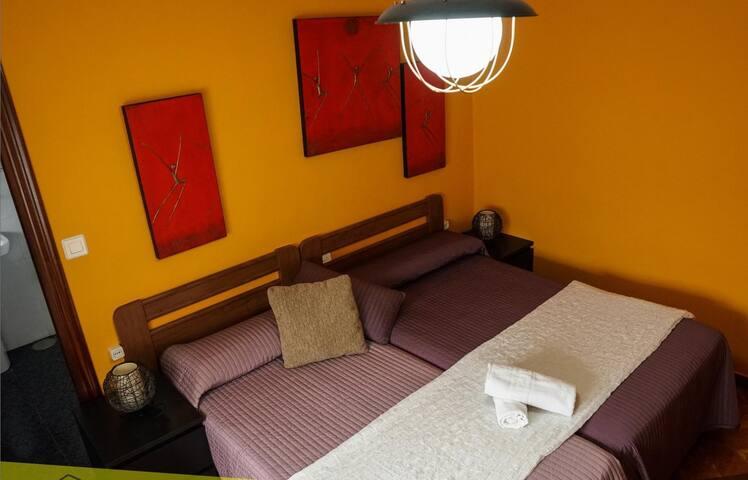 Habitación doble con dos camas individuales en Cangas de Onis