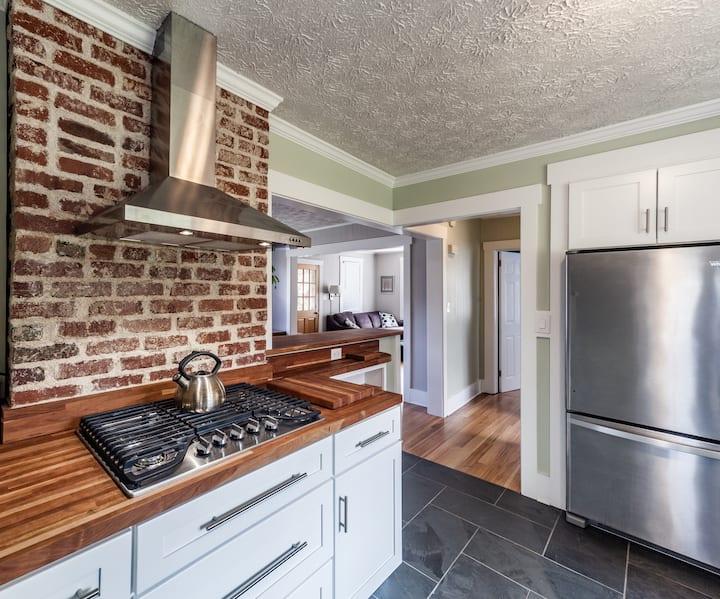 WalkDT*HotTub*Fireplace*Deck*FirePit*Chefs Kitchen