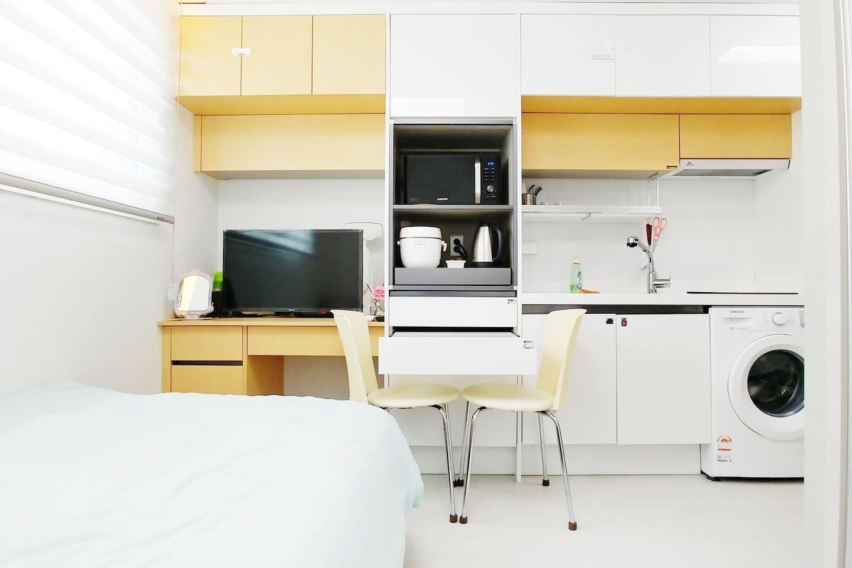약 6평 정도의 작은 공간에 방, 주방, 세탁, 욕실을 갖춘 시설로 숙박에 필요한 물품들을 정성스럽게 준비해 두었습니다.  개선할 부분이 있다면 비공개 피드백 남겨주시면 더욱 분발하겠습니다 :)