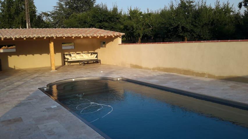Une piscine, Une véranda & un salon de jardin