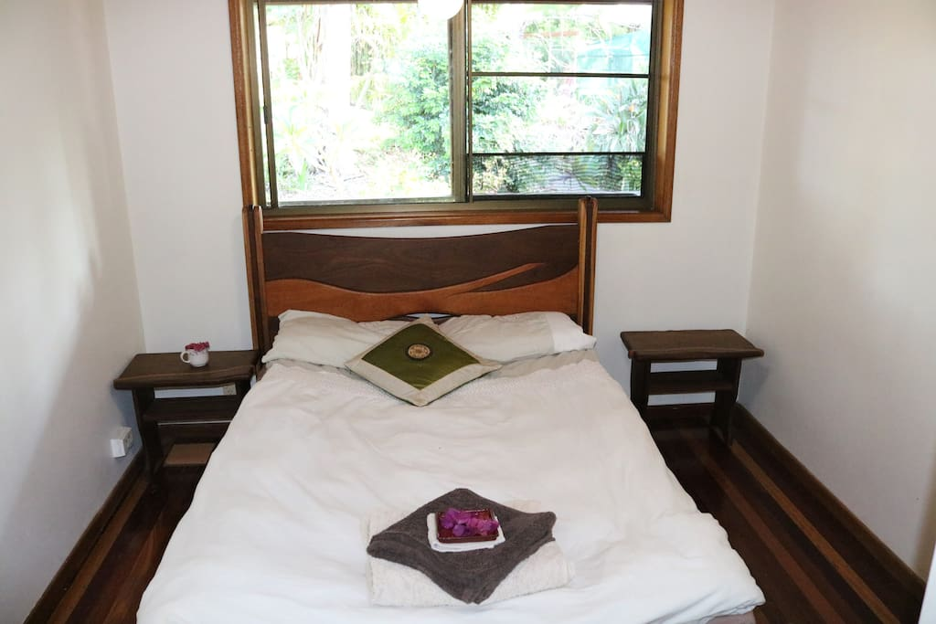 Room n°2 : Views on the garden, lovely queen size bed for 2 people
