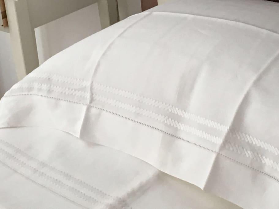 lenzuola di lino e cuscini di piume