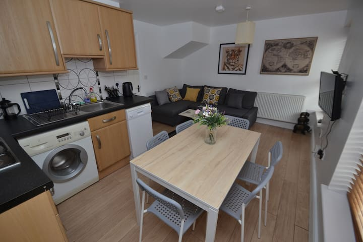 Bright and spacious two bedroom apartment near Uni