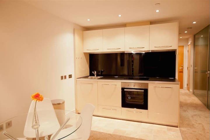 Modern City Centre Apartment + Free Parking!