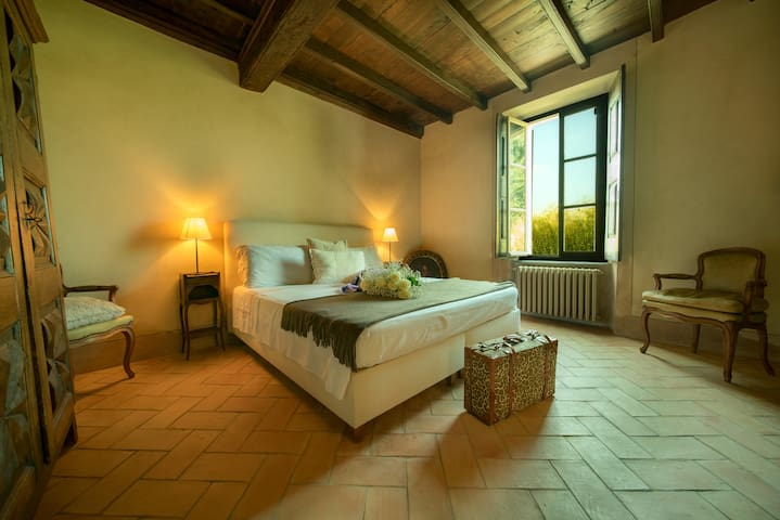 The Romantic Room with pool and Barolo