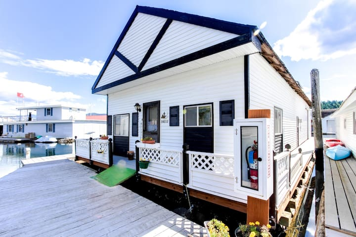 Perfect waterfront fishing retreat floating in the Bayview marina!