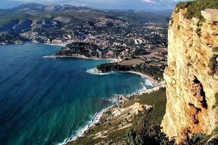 Cassis vu du haut du Cap Canaille la plus haute falaise d'Europe