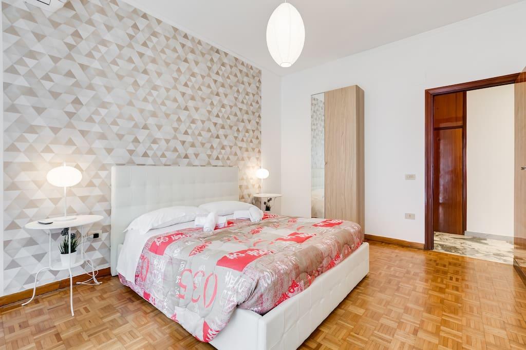 camera da letto matrimoniale con armadio, molto luminosa