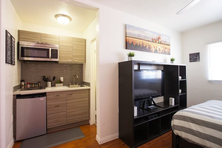 HOLLYWOOD BLVD: NEWLY FURNISHED w/ FREE PARKING!! - Los Angeles - Apartamento