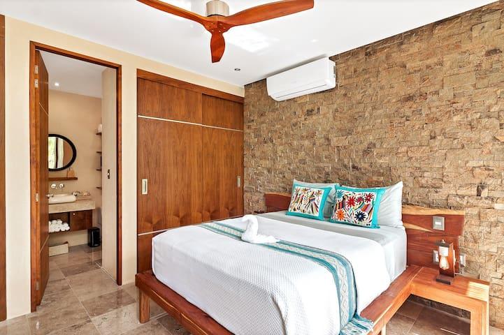 Cómoda y espaciosa cama Queen /  Very Comfortable queen mattress
