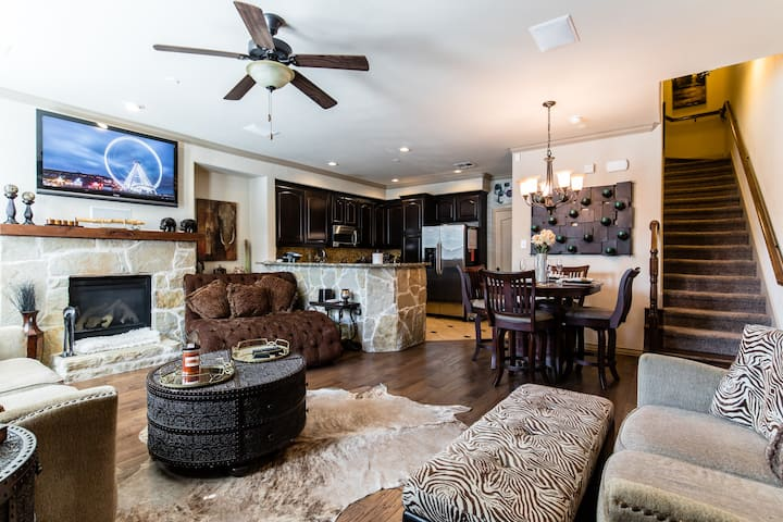 Fabulous Townhouse! Walk to Shops and Restaurants