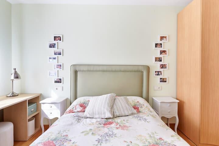 Amplia y tranquila habitación privada.