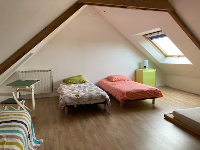 Le dortoir vue mer, 3 lits simples et un futon 2 places