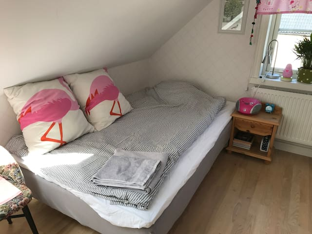 Sovrum med 90 cm säng