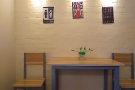 地铁三号线小市站1号口文化主题公寓免费停车可做饭 - Lägenhet
