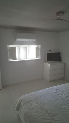 chambre avec tv et climatisation