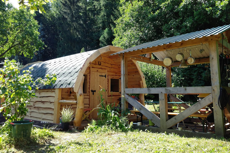 Hobbit Hütte mit Draußenküche