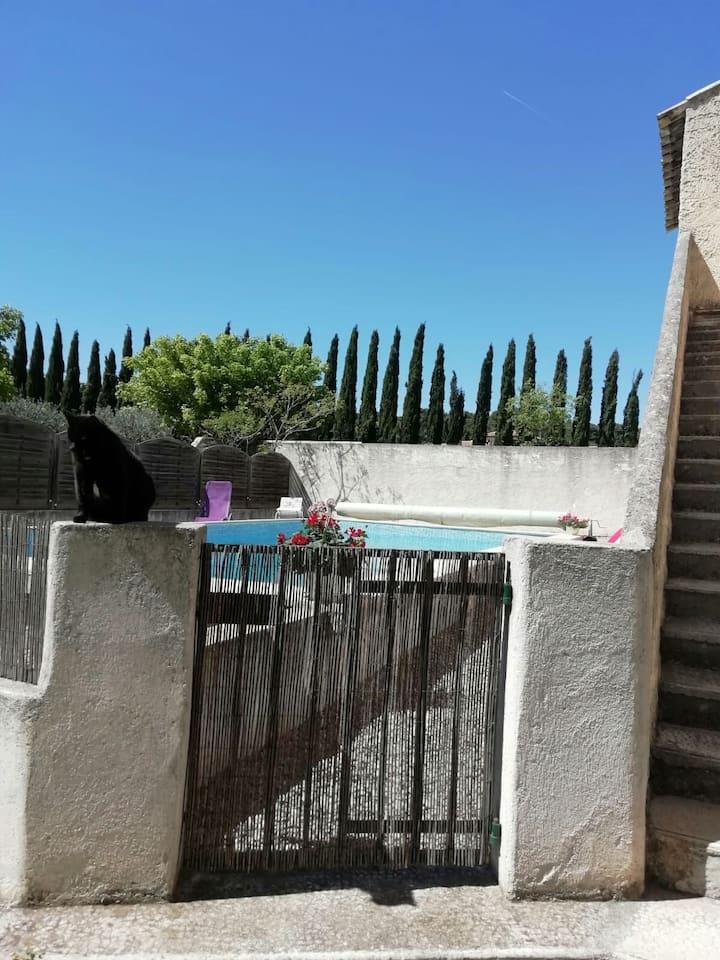 Haut de maison + piscine proche Aix provence