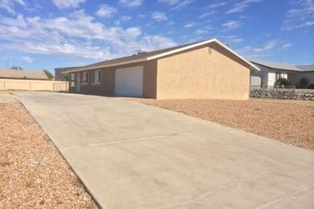 Clean Pet-Friendly Home, with Lots of Parking!!! - Lake Havasu City - House
