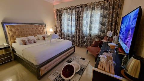 Cheerful 5-Stars Private Bedroom/Bath in a Villa
