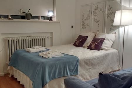 Cozy bedroom for 2 (+1) with shared bathroom - Reykjavík - Dům