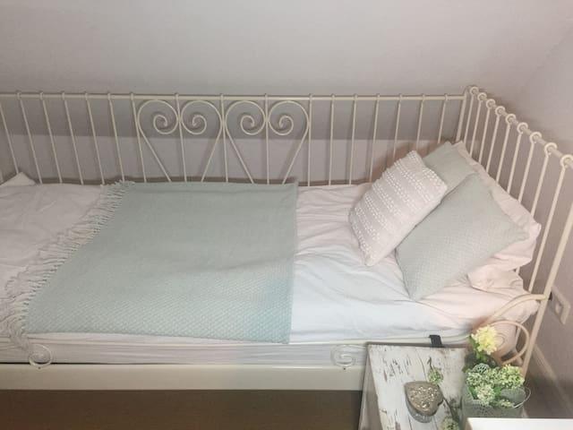 schönes Zimmer im Landhausstil