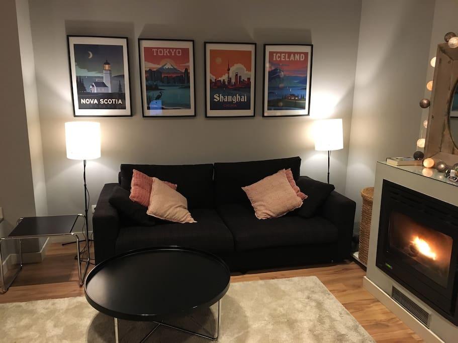 Sofa con la chimenea encendida