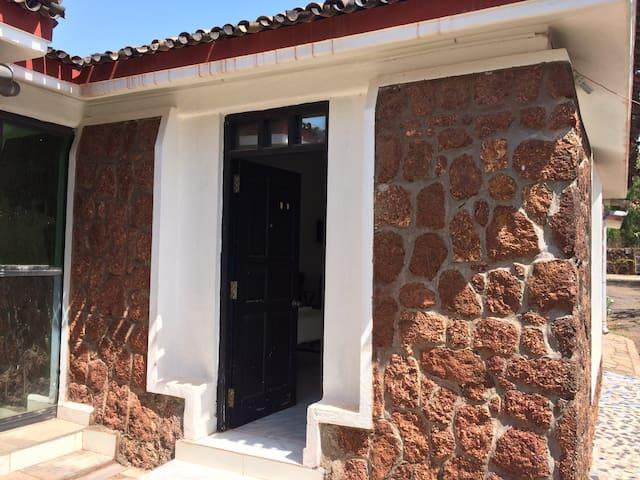 Private AC room @ 5 minutes walk from Varca beach - Varca - Apartamento