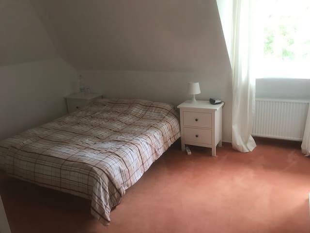 Das Bett (160 cm x 200 cm) mit zwei Nachttischen und Radiowecker.