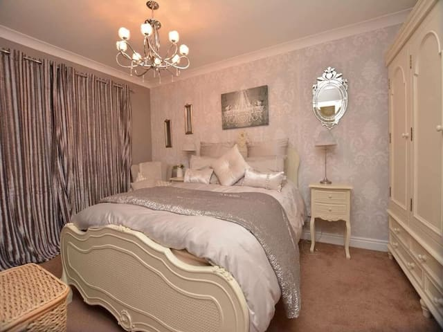Tasteful king size private room in quiet location