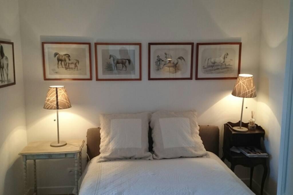 chambre lit double avec penderie en face