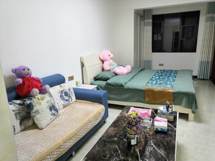 温馨一居室,房间内设施齐全下车走路1分钟到新贵华城辟邻北湖公园