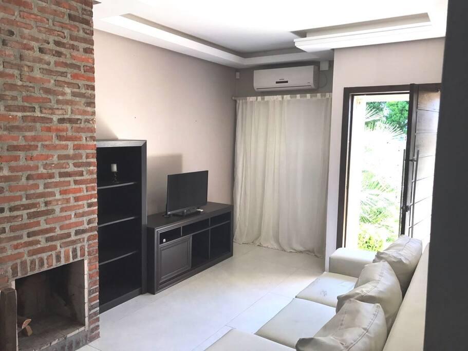Sala com ar condicionado e lareira